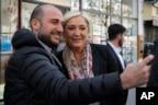 勒龐在巴黎理髮後,有人和她自拍(2017年4月24日)