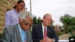 Embaixador dos Estados Unidos em Angola, Cristopher McMullen, com o reverendo Augusto Chipesse, da Igreja Evangélica Congregacional.