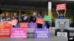 Những người biểu tình đứng bên ngoài nơi xét xử Hồng y George Pell ở Melbourne, Australia, 13/3/2019