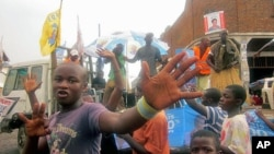A Goma, dans le Nord-Kivu, des jeunes s'expriment lors du passage d'un camion portant des affiches de la campagne électorale