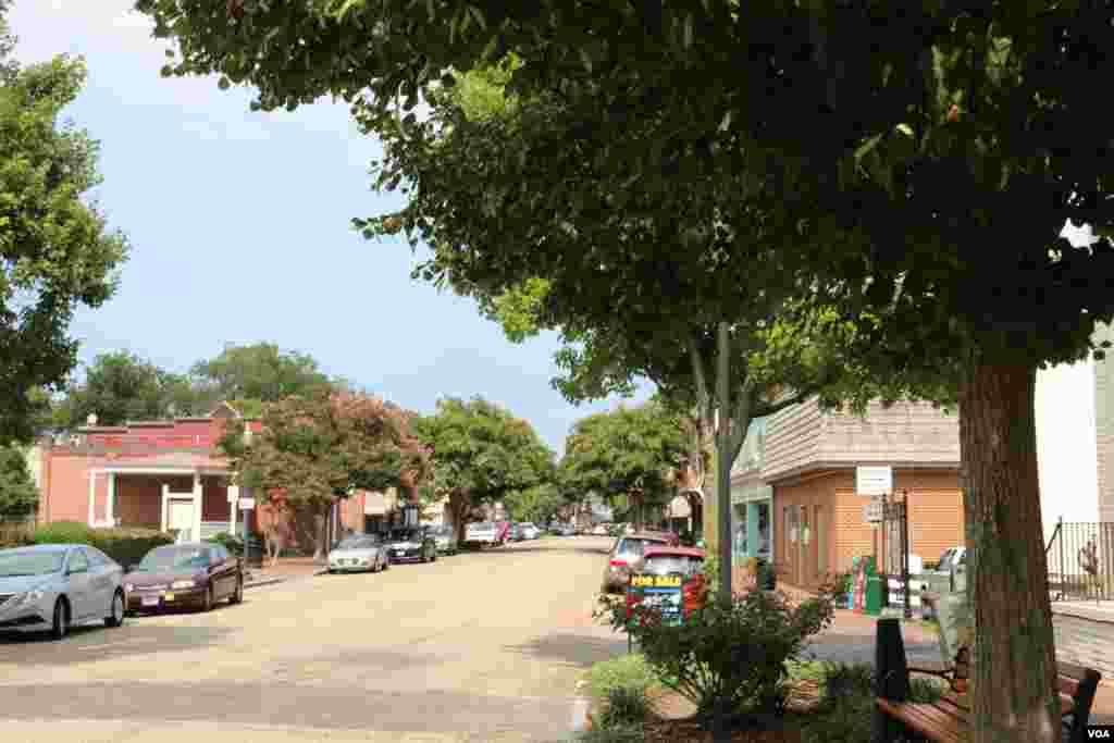 史密斯菲尔德镇的主要街道(美国之音龚小夏拍摄)