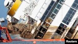 Tàu du lịch Costa Concordia mắc cạn ngoài khơi nước Ý.
