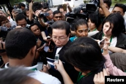 FILE - Gooi Soon Seng, lawyer for Indonesia suspect Siti Aisyah in the ongoing assassination investigation, is surrounded by journalists inside Sepang court in Sepang, Malaysia Wednesday, March 1, 2017.