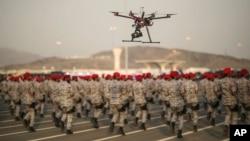一架无人驾驶机正记录沙特安全部队阅兵仪式(资料照片)