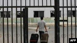 Một người đàn ông Palestine kéo hành lý vào phòng chờ đợi trước khi vào Ai Cập qua cửa khẩu Rafah ở miền nam dải Gaza, ngày 8/6/2011