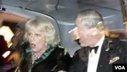Pangeran Charles (kanan) dan isterinya, Carmilla berada dalam mobil saat para mahasiswa yang marah menyerang mobilnya.