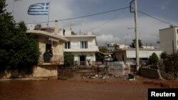 15일 그리스 만드라에서 폭우로 거리가 흙탕물에 잠겼다.