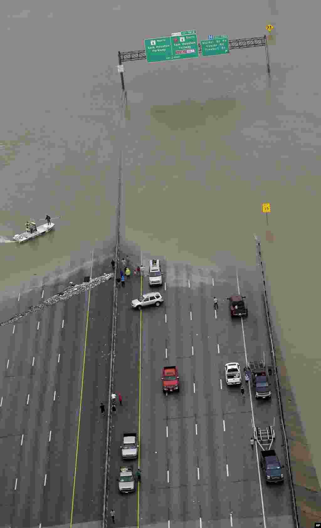 نمایی از بزرگراه شماره ۱۰ که بر اثر آب گرفتگی و سیل ناشی از توفان هاروی در هیوستون بسته شده است.