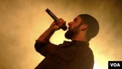 Cyrus McGoldrick, rapper Muslim Amerika keturunan Iran, yang lebih dikenal dengan nama panggung Raskol Khan.
