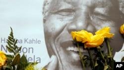 타계한 넬슨 만델라 전 남아공 대통령의 자택 앞에 9일 만델라 전 대통령의 초상화와 꽃들이 놓여있다.