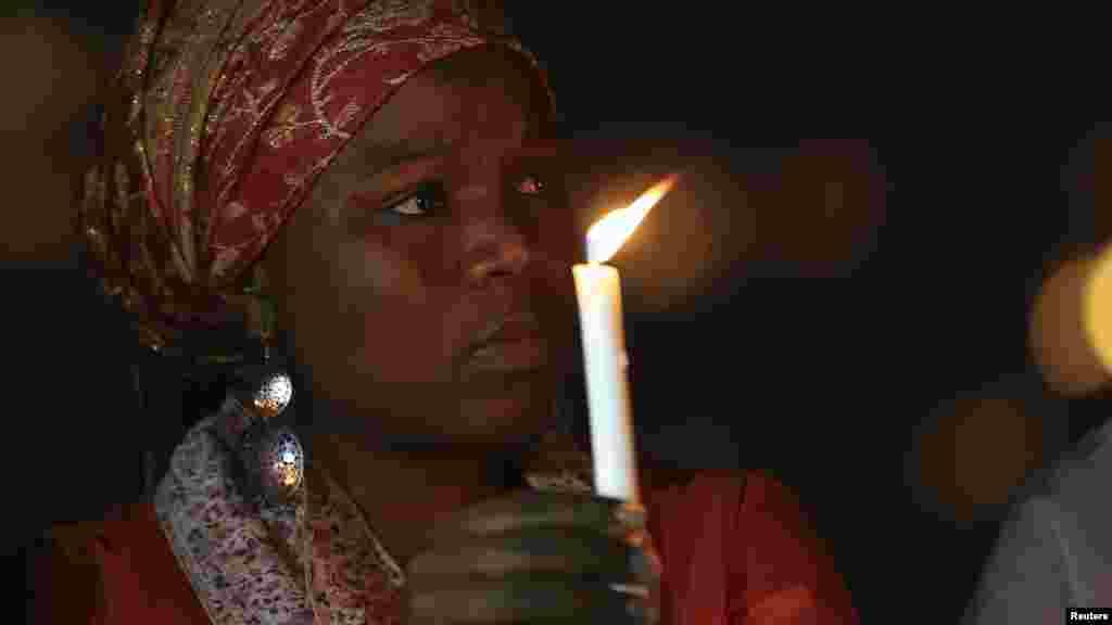 Wata mata a wurin adua'ar karamta Ameyo Adadevoh, da sauran wadanda suka kamu da cutar Ebola a Abuja, 26, ga Agusta 2014.