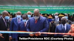 Président Félix Tshisekedi azali kokata ruban ya bofungoli Eteyelo ya bitumba na Kinshasa, 5 janvier 2021. (Twitter/Présidence RDC)
