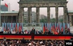 1987年美国总统里根在西柏林发表演说,要求戈尔巴乔夫推倒柏林墙