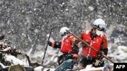 Nhân viên cứu hộ tìm kiếm người sống sót tại thành phố Ofunato