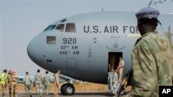 在这法国军队公布的照片中,一名乍得士兵守卫在恩贾梅纳军事基地的一架美国空军运输机旁,这是法国领导的多国干预马里行动的一部分。