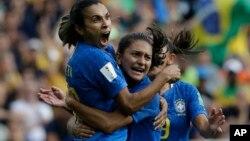 La Brésilienne Marta, fête avec ses coéquipières du Groupe C de la Coupe du Monde, à Montpellier en France, remporté par l'Australie (3-2) le 13 juin 2019.