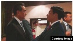 """Ngoại trưởng Việt Nam Phạm Bình Minh (phải) bắt tay Ngoại trưởng Trung Quốc Vương Nghị trong cuộc gặp """"pull aside"""" bên lề Thượng đỉnh các bộ trưởng ASEAN. (Ảnh chụp màn hình báo Tuổi Trẻ)"""