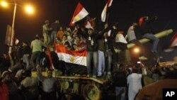 开罗解放广场上埃及人在坦克上欢庆