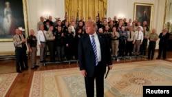 Predsjednik SAD prilazi predstavnicima medija kako bi saslušao pitanja o anonimnom uvodniku New Yorke Timesa, nakon što se sastao sa šerifima iz svih krajeva SAD u Istočnoj sobi, u Bijeloj kući u Wasingtonu, 5. septembra 2018.