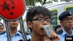 學民思潮召集人黃之鋒,打算把一張摺椅交給香港特首梁振英,要求對話,但暫時未能成功