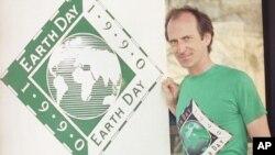 Muasisi wa siku ya Dunia Denis Hayes akiwa nje ya makao makuu ya taasisi ya siku ya dunia Palo Alto, California on April 21, 1990. (AP Photo/Paul Sakuma)