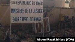 On peut voir sur cette photo des ordures entachées devant la cour de Justice de Niamey, Niger, le 13 mars 2017. (VOA/Abdoul-Razak Idrissa)