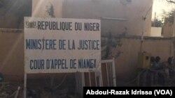 Devant la Cour de justice, à Niamey, Niger, le 13 mars 2017. (VOA/Abdoul-Razak Idrissa)