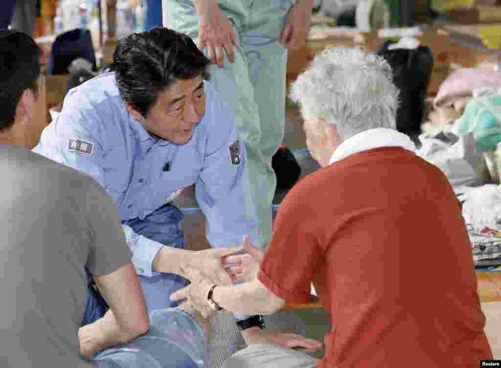 아베 일본 총리가 오카야마현 쿠라시키시의 대피 시설을 찾아 이재민들을 위로하고 있다. 일본에서는 지난 5일부터 히로시마 등지에서 기록적인 폭우가 내려 많은 희생자와 피해를 발생했다.