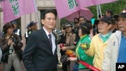 民進黨發言人林俊憲(穿西服的男子)