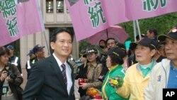 民进党发言人林俊宪(穿西服的男子)