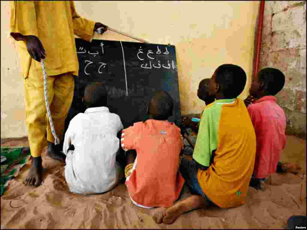 سینیگال کے دارالحکومت ڈاکار میں طلباء زمین پر بیٹھ کر عربی کی تعلیم حاصل کر رہے ہیں۔