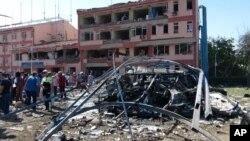 Autoridades inspeccionan el exterior de la sede policial tras la explosión de un coche bomba en Elazig, Turquía, el jueves, 18 de agosto de 2016.