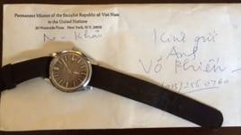 Thư và đồng hồ của nhà văn Nguyễn Khải gửi tặng nhà văn Võ Phiến.
