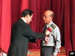 台湾总统马英九颁奖给台湾军方楷模