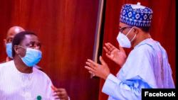 Buhari, dama da Femi Adesina, hagu (Facebook/Femi Adesina)