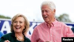 Bill Clinton dan istrinya, Hillary Clinton, mengatakan keduanya menghasilkan lebih dari 30 juta dollar dari penampilan dan penjualan buku sejak Januari 2014 (foto: dok).