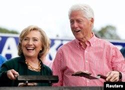 Cựu Ngoại trưởng Hoa Kỳ Hillary Clinton và chồng, cựu Tổng thống Hoa Kỳ Bill Clinton