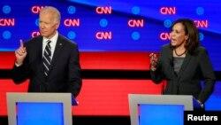Joe Biden ki t ap reponn yon atak Senatris Kamala Harris (D-Kal.).