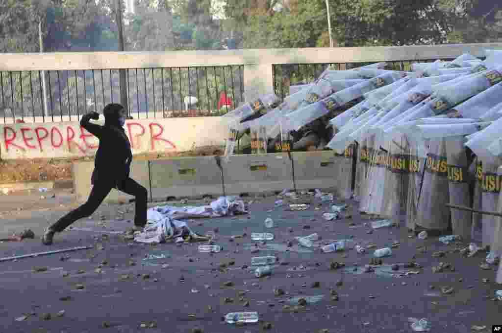 شهر جاکارتا در اندونزی شاهد درگیری بین دانشجویان و پلیس است. چند روز است که این دانشجویان به قانون جدید ضد فساد اعتراض دارند.