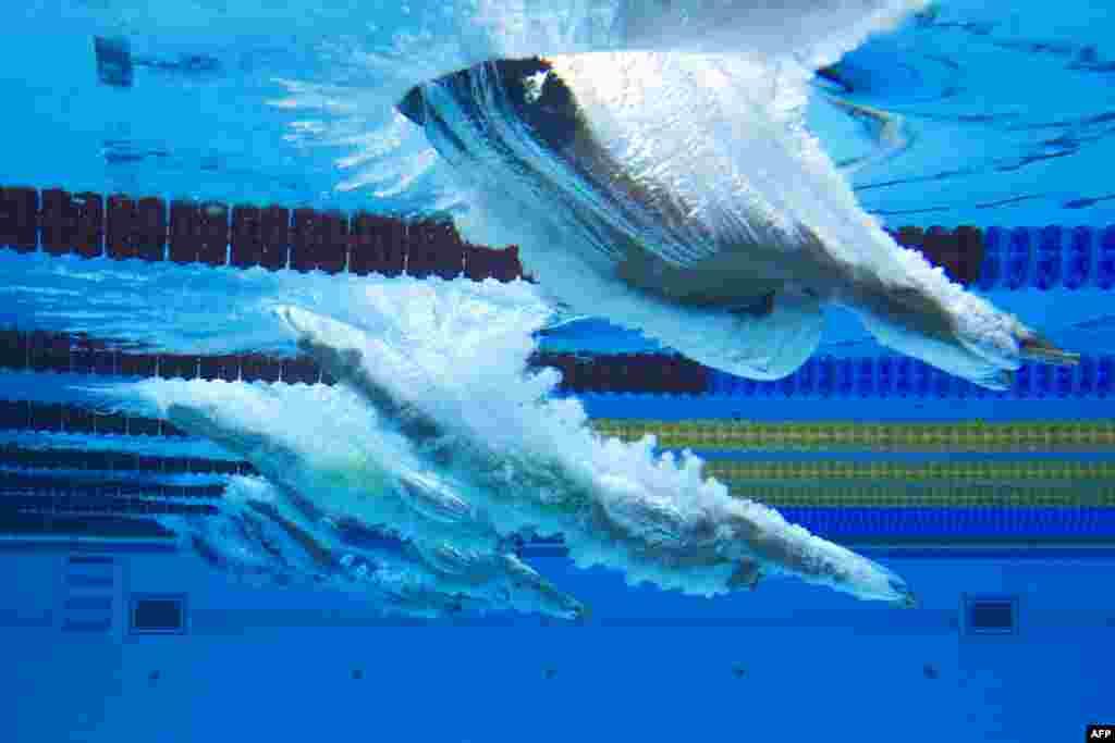 អ្នកហែលទឹកលោតជ្រមុជទឹក នៅក្នុងព្រឹត្តិការណ៍ Men's Swimming 100m Breaststroke ក្នុងពេលប្រកួត Baku 2017 4th Islamic Solidarity Games នៅមជ្ឈមណ្ឌល Baku Aquatic Center ប្រទេសអាស៊ែបៃហ្សង់។