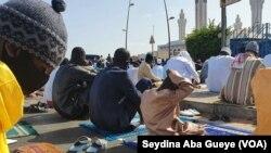 Les mosquées ont refusé du monde à cause de l'affluence inhabituelle occasionnée par l'interdiction de voyager, à Dakar, le 24 mai 2020. (VOA/Seydina Aba Gueye)