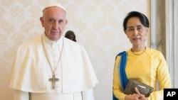 ທ່ານນາງ Aung San Suu Kyi, ທີ່ປຶກສາຝ່າຍບໍລິຫານ ແຫ່ງຊາດ, ຂວາ, ທີ່ຖ່າຍຮູບຮ່ວມກັນກັບອົງສັນຕະປາປາ Francis ໃນການພົບປະກັນກັບຝູງຊົນເປັນການສ່ວນຕົວ, ໃນນະຄອນ Vatican, 4 ພຶດສະພາ, 2017.
