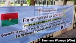Une banderole d'annonce du forum national sur la Sécurité, à Ouagadougou, Burkina Faso, 25 octobre 2017. (VOA/Zoumana Wonogo)
