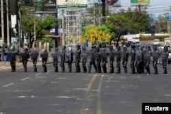 La policía antidisturbios bloquea una calle durante una protesta contra las reformas que implementan cambios en los planes de pensiones del Instituto Nicaragüense de Seguridad Social (INSS) en Managua, Nicaragua, el 19 de abril de 2018.