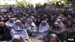 ບັນດານັກຮຽນຍິງ ໄນຈີເຣຍ ທີຖືກລັກພາໂຕ ໄດ້ນຳມາສະແດງ ໃຫ້ເຫັນ ຢູ່ໃນວີດີໂອ ຂອງກຸ່ມ Boko Haram
