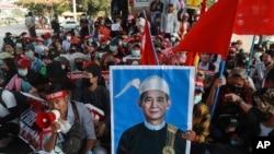 미얀마 쿠데타에 저항하는 양곤 시민들이 지난 2월 원 민 전 대통령 초상화를 들고 시위하고 있다.
