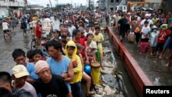 Nạn nhân bão Philippines xếp hàng chờ lãnh gạo tại thành phố Tacloban.