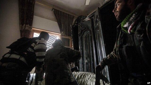 Rebeldes sirios durante los combates en Aleppo. Los amigos de Siria reconocieros este miércoles a los rebeldes que luchan contra el régimen de Bashar al-Assad.