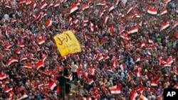 埃及的抗議者揮舞旗幟