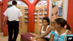 Desde 1966, alrededor de 1.500 empresas estadounidenses han registrado casi 6.000 marcas en Cuba, entre ellas Coca-Cola, Pepsi, Levi's, Nike, Starbucks, Burger King, y Goodyear.